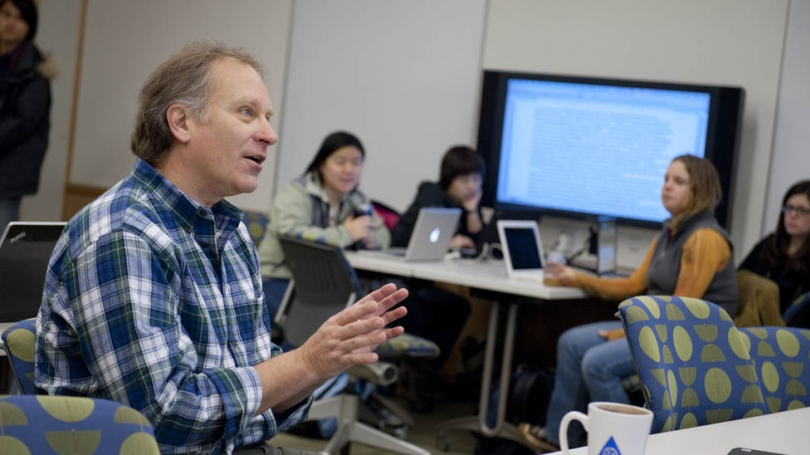 Professor of Biological Sciences Mark McPeek teaching a graduate student class